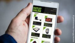 Image: smartphone an online shop is opend; copyright: panthermedia/ Georgej Mclittle