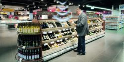 Graphic: wine rack in a supermarket is filled with sound; copyright: Umdasch Shopfitting Group GmbH