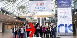 Photo: EuroCIS team around the EuroShop logo at the EuroCIS trade fair 2018; copyright: Messe Düsseldorf / ctillmann