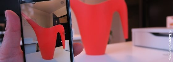 Photo of a red watering can on Smartphone; copyright: iXtenso/Abramov