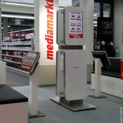 Image: touchscreen stele in front of a Media Markt; copyright: xplace GmbH