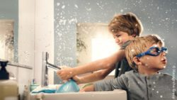 Photo: Boys playing with water in the bathroom; copyright: Hansgrohe Group