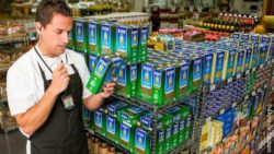 Photo: Employee in a supermarket pass on product information via radio