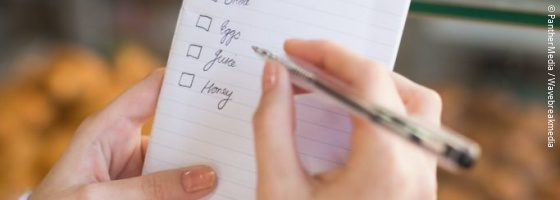 Hand with shopping list; copyright: PantherMedia / Wavebreakmedia