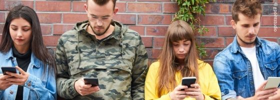 4 young people with smartphones; copyright: gpointstudio