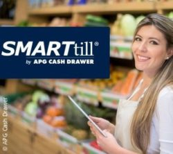 Photo: Seller holds a tablet in the supermarket with SMARTtill graphic; copyright: APG Cash Drawer