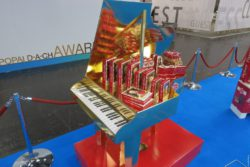 Photo: sales display in the form of a grand piano; copyright: iXtenso/Pott