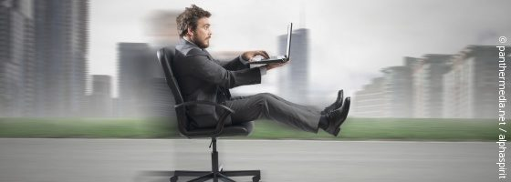 Man races in an office chair; copyright: panthermedia.net / alphaspirit