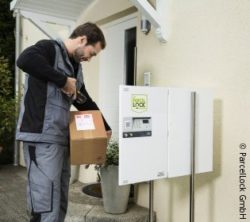 Photo: Delivery person puts package in parcel box in front of the house; copyright: ParcelLock GmbH