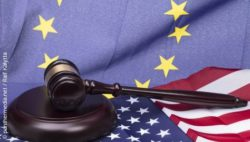 Photo: Judge's gavel in front of U.S. and EU flags; copyright: panthermedia.net / Ralf Kalytta